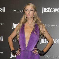 Paris Hilton apuesta por un total look morado