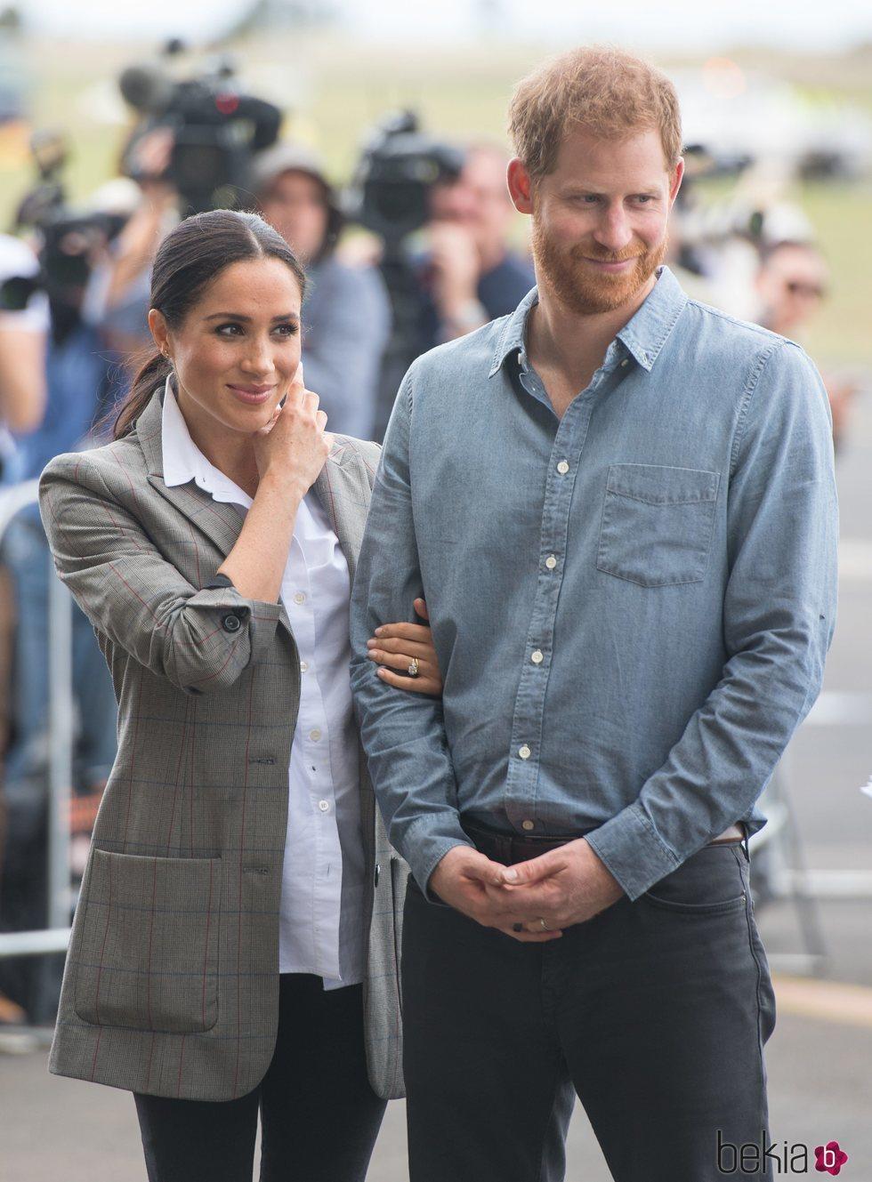 Meghan Markle con una blazer de cuadros grandes durante su viaje a Australia con el Príncipe Harry
