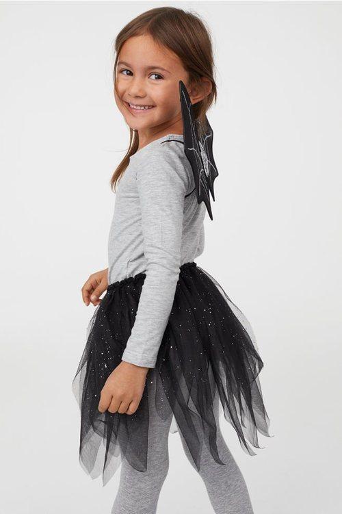 Niña disfrazada de murciélago de la colección cápsula de Halloween de H&M 2018