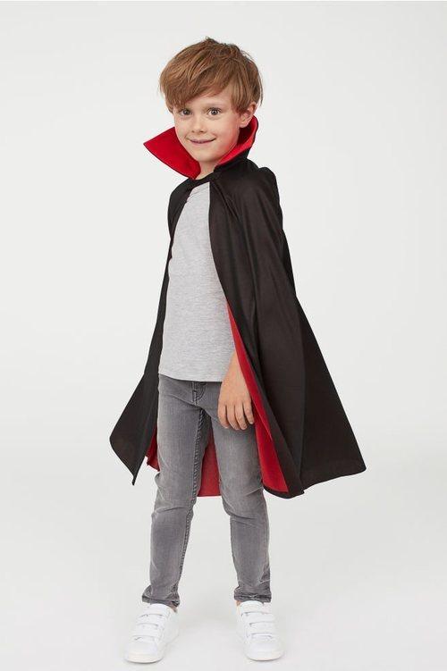Niño disfrazado de drácula de la colección cápsula de Halloween de H&M 2018