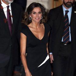 La Reina Letizia viste un look total black