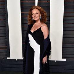 La diseñadora Diane Von Fürstenberg con vestido largo blanco y negro