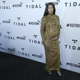 Queen Naija posa con un vestido premamá de leopardo