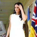 Meghan Markle con un vestido blanco de Karen Gee durante su viaje por Oceanía