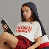 Modelo con una camiseta blanca de Pull & Bear de la colección cápsula de Stranger Things 2018