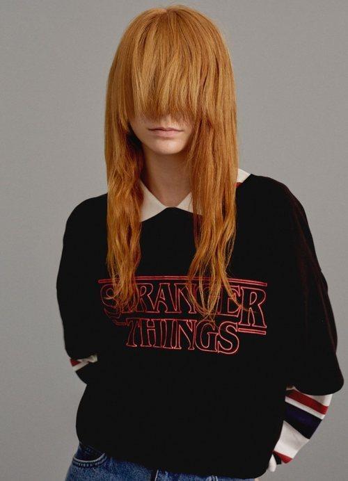 Modelo con una camiseta negra de la colección cápsula de Stranger Things 2018