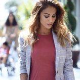 Lara Álvarez con vestido y chaqueta de cuadros de su firma Blue Palm