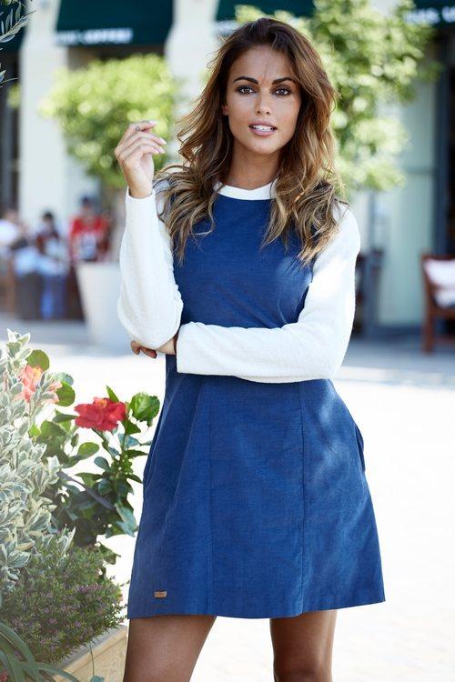 Lara Álvarez con peto en color azul de su firma Blue Palm