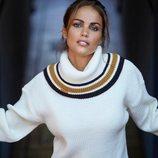 Lara Álvarez con jersey de cuello alto blanco de su firma Blue Palm