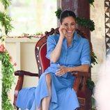 Meghan Markle con un vestido azul de Veronica Beard en Tonga