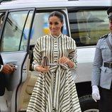 Meghan Markle con un vestido de rayas verdes durante un acto en Tonga