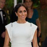 Meghan Markle con un vestido blanco de Theia en la cena de gala en Tonga