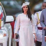 Meghan Markle con un vestido blanco de Zimmermann en Fiji