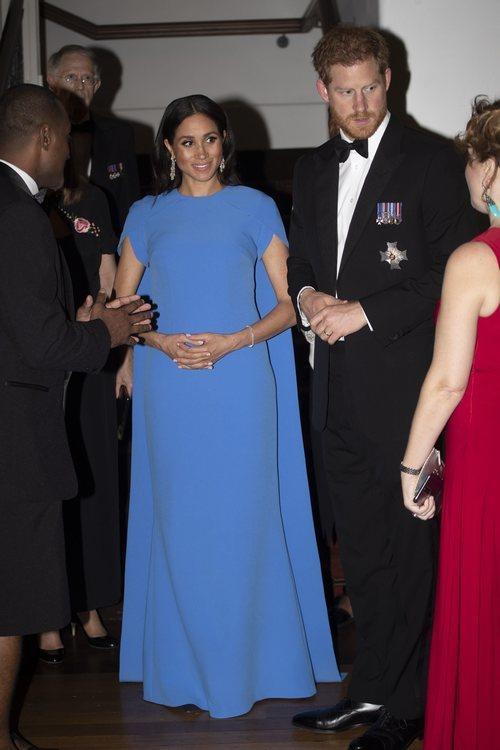 Meghan Markle con un vestido azul con capa en una cena de gala en Fiji