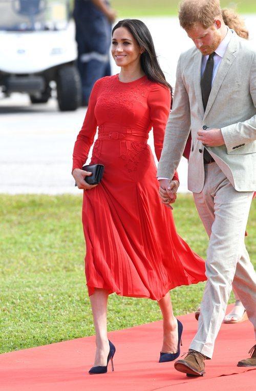 Meghan Markle con un vestido rojo de Self Portrait