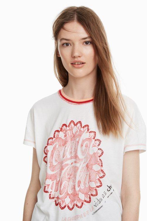 Camiseta blanca con estampados de la colección cápsula de Desigual con Coca Cola otoño/invierno 2018