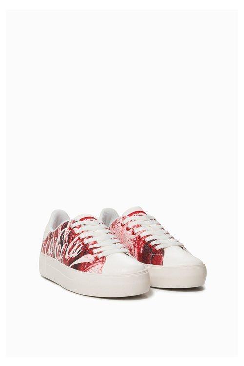 Zapatillas blancas con estampado rojo de la colección cápsula de Desigual con Coca Cola otoño/invierno 2018/2019