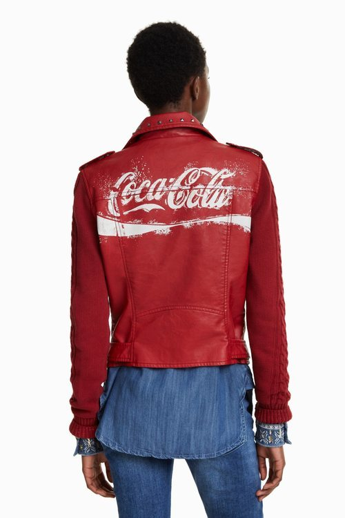 Parte trasera de chaqueta de cuero roja de la colección cápsula de Desigual con Coca Cola otoño/invierno 2018