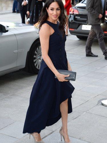 Meghan Markle con un vestido azul espectacular