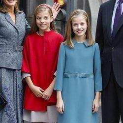 La Princesa Leonor y la Infanta Sofía posando a la salida del Instituto Cervantes de Madrid