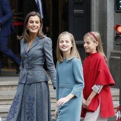 La Reina Letizia con sus hijas posando a la salida del Instituto Cervantes de Madrid