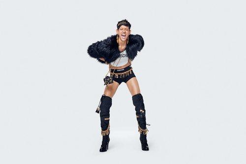 Abrigo de pelo negro y shorts de la colección Moschino by H&M