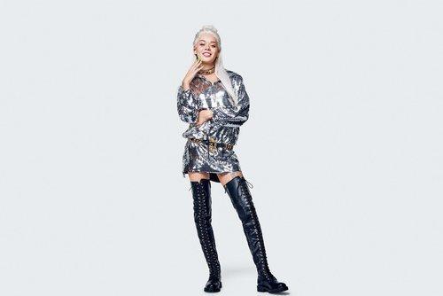 Vestido plateado metalizado y botas altas negras  de la colección Moschino by H&M