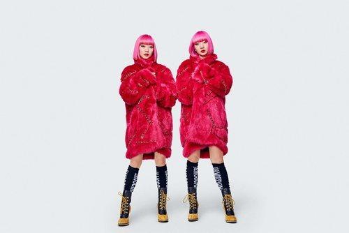 Abrigo de pelo rojo  de la colección Moschino by H&M