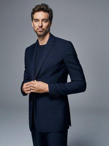 Pau Gasol, nuevo embajador de Tommy Hilfiger con un traje de chaqueta azul marino