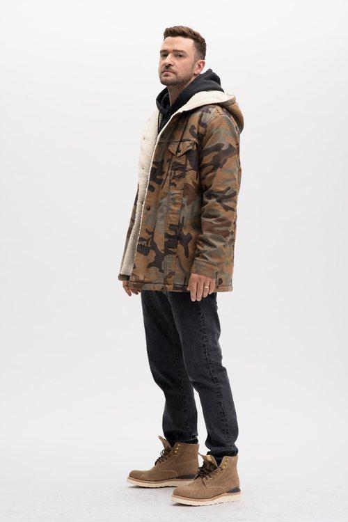 Justin Timberlake posa con una chaqueta militar de su colección en colaboración con Levi's