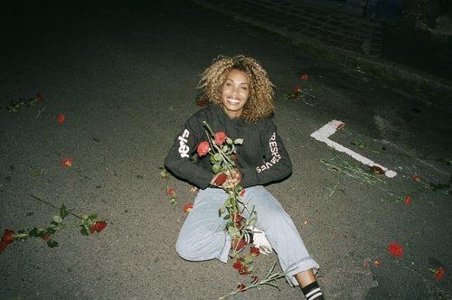 Sudadera negra y jeans mom fit de la colección Fresh Leaves de Levi's x Justin Timberlake