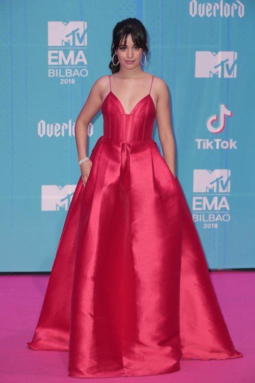 Camila Cabello con un vestido rojo en la alfombra roja de los EMAs 2018