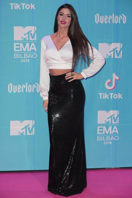 Ioanna Bella posando en la alfombra roja de los EMAs 2018