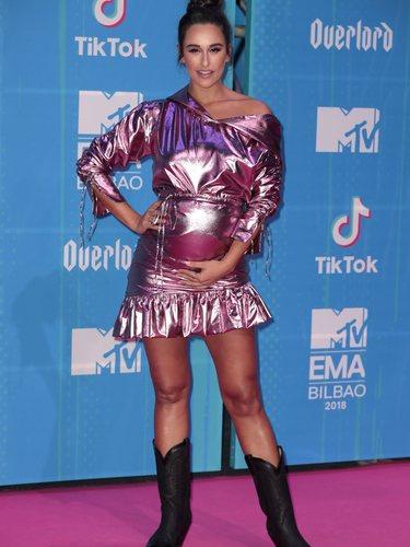 Rita Pereira con un vestido rosa metalizado en la alfombra roja de los EMAs 2018