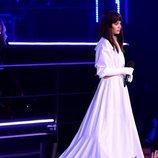 Hailee Steinfeld con un vestido blanco en los EMAs 2018