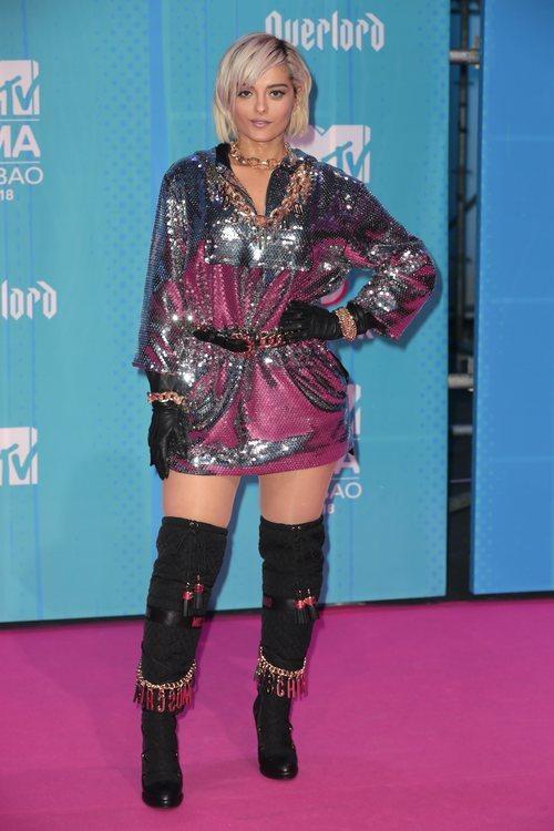 Bebe Rexha con un vestido de Moschino x H&M en la alfombra roja de los EMAs 2018