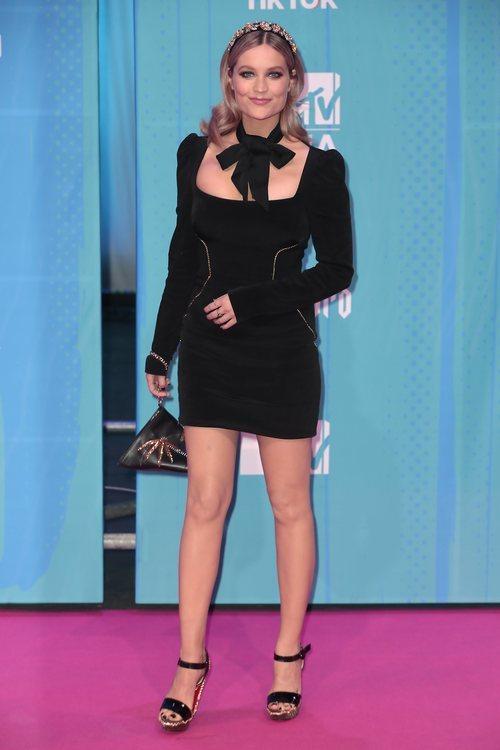 Laura Whitmore con un vestido de terciopelo negro en la alfombra roja de los EMAs 2018