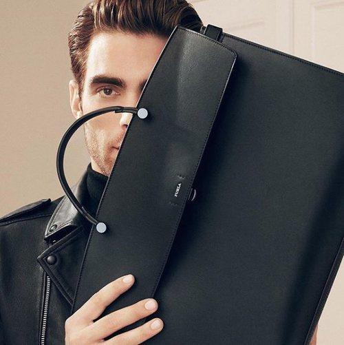 Jon Kortajarena posa con el bolso masculino Furla Mercurio