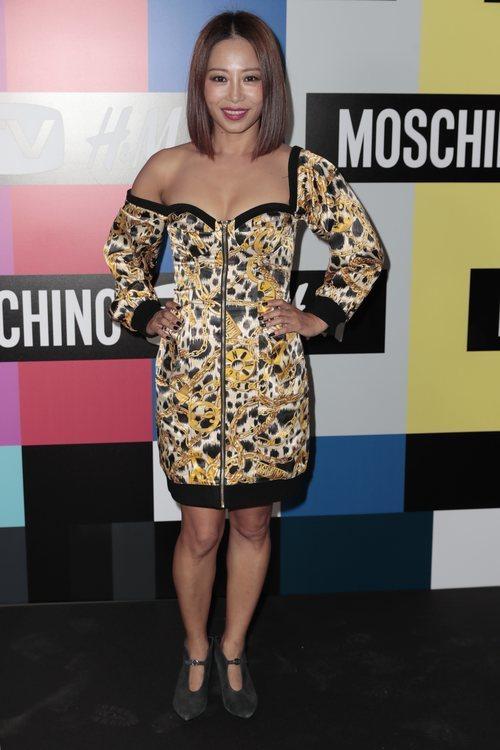 Usun Yoon con un vestido con estampado de cadenas de H&MxMoschino