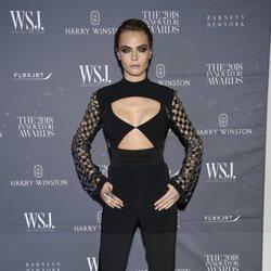 Cara Delevingne en los Premios de la revista WSJ con un look total black