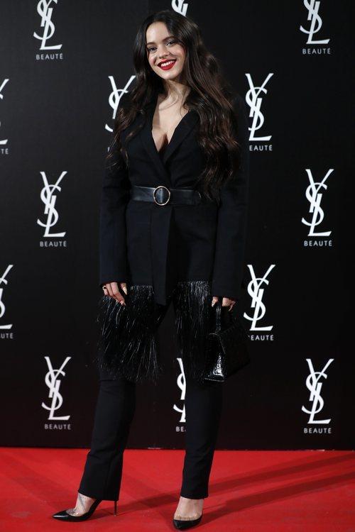 Rosalía con un look total black en la fiesta de 'Yves Saint Laurent: The Slim Rouge PurCouture'