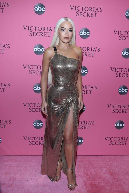 Rita Ora con un vestido de Versace en la alfombra rosa del Victoria's Secret Fashion Show