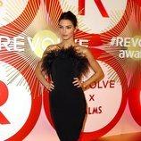 Kendall Jenner con un LBD con plumas de LPA en la alfombra roja de los Premios Revolve 2018