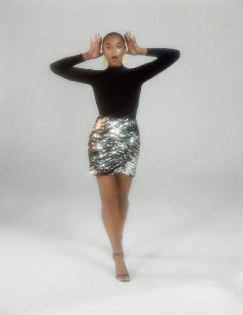 Berta Vázquez con una falda de lentejuelas de la colección de Navidad de Bershka 2018