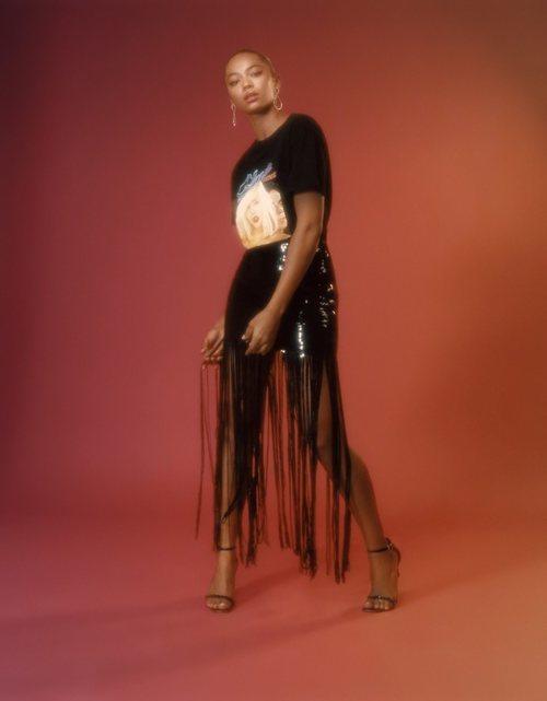 Berta Vázquez con una falda negra de flecos de la colección de Navidad de Bershka 2018