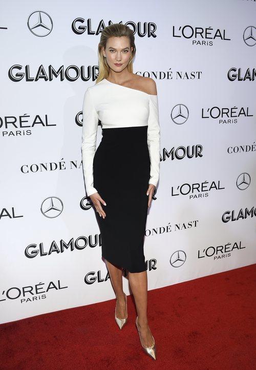Karlie Kloss posa con un vestido bicolor en los Premios Glamour 2018