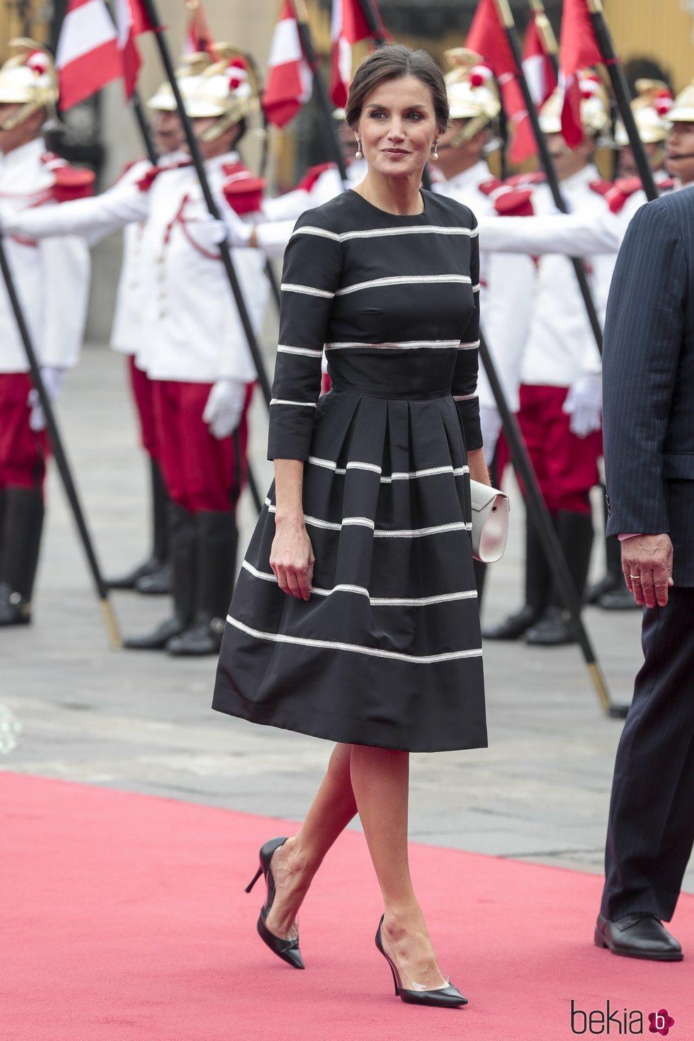 La Reina Letizia luce un vestido a rayas en la visita oficial a Perú