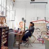 Laura Ponte en el estudio diseñando folsos para su colaboración con Roberto Verino 2018