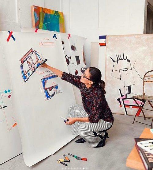 Laura Ponte con un tapiz diseñando bolsos para su colaboración con Roberto Verino 2018