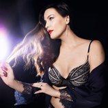 Liv Tyler con un sujetador de su colección 'Liv's Smooth Essence' para Essence by Triumph